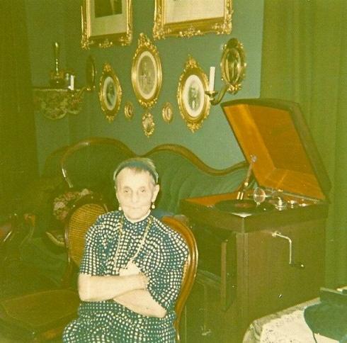 Frau Leonore Pfund